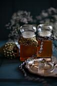 Zwei Honiggläser mit alten Borten als nostalgische Winterdeko