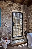 Glastür mit Sichtschutz im rustikalen italienischen Steinhaus