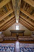Schlafraum mit Holzbalkendecke