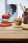 Schalen und Hokkaidokürbis auf Holztisch
