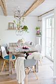 Frühlingsdekoration im Essbereich mit Holzstisch und Schalenstühlen
