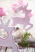 Holz-Elche und Glaskugeln als Advent- oder Christbaumschmuck