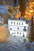 Weihnachtsdekoration mit Botschaft
