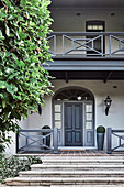 Klassische Villa mit Veranda, Kassettentür und grauen Details