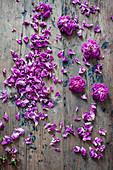 Rosenblüten auf Holzuntergrund