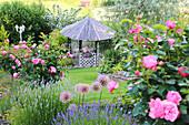 Blick auf Pavillon im Rosengarten