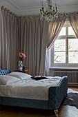 Klassisches Schlafzimmer mit Wandbehang und Vorhängen