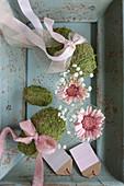 Romantische Frühlingsdeko in Naturtönen und Rosa mit Moos-Eiern