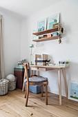 Schmaler Schreibtisch und Wandregal aus hellem Holz in Jugendzimmer