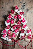 Tannenbaum aus Geschenken mit nummerierten Filz-Bäumchen