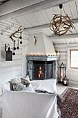 Offener Eckkamin im rustikalen Wohnzimmer in der Blockhütte