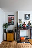 Alte Kaminkonsole aus Marmor mit Vintage-Deko im Wohnzimmer