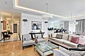 Sofalandschaft im eleganten Wohnaum mit Esszimmer und Küche