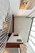 Blick von unter zur Decke in Wohnraum mit doppelter Raumhöhe