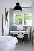 Schreibtisch unterm Fenster im Schlafzimmer in Grau und Weiß