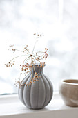 Vase mit getrockneten Blüten