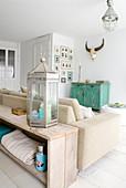 Rustikale Holzkonsole hinter dem Sofa als Raumteiler