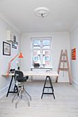 Schreibtisch auf Möbelböcken im minimalistischen Arbeitszimmer