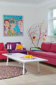 Polstermöbel in Pink und Violett im bunten Wohnzimmer
