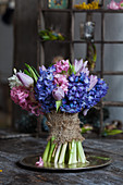 Bund Hyazinthen und Tulpen mit Rupfenband