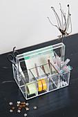 Utensilo aus transparentem Kunststoff mit Schreibtischzubehör