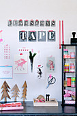 Collage mit Buchstabenschablonen an der Wand überm Schreibtisch