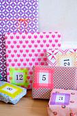 Bunt verpackte Geschenk mit Zahlen für Adventskalender