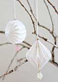 Weiße DIY-Origami-Anhänger