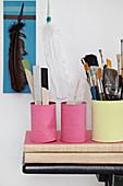Bemalte Konservendosen in Pink und Gelb als Utensilo für Pinsel und Bastelzeug