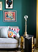 Tischleuchte ohne Lampenschirm auf gold-schwarzem Beistelltisch