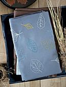 Bestickte Tischdecke mit Blattmotiv