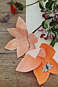 Blumen aus orangefarbenem Papier