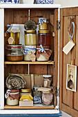 Altes Holzschränkchen mit Honig, Waben und nostalgischer Deko
