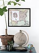 Stillleben Globus, gerahmter Landkarte und Feigenbäumchen