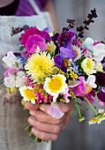 Sommerstrauß aus Wicken, Strohblumen, Chrysanthemen, Dillblüte und Spinatsamen