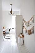 Arbeitszimmer in Weiß mit Holzperlenkette als Wanddeko