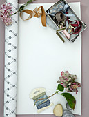 Stoffbänder und Hortensien auf einer Tapetenrolle