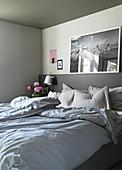 Doppelbett mit Bettkopfteil als Ablage