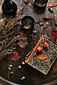 Alte Bücher, Tee und Herbstdekoration auf Holztisch