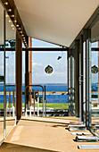 Moderner Flur mit Fensterfront und Blick aufs Meer