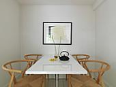 Designerstühle am weißen Tisch im kleinen Esszimmer