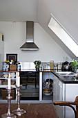 Moderne Küche unter der Schräge mit Dachfenster