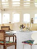 Verschiedene Stühle am Esstisch im Hausboot