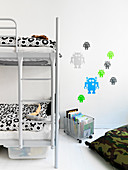 Wandtattoo mit Robotermotiv neben dem Etagenbett im Kinderzimmer