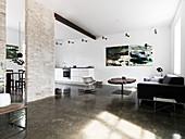 Großer Offener Wohnraum im Loftstil mit Betonboden und Backsteinwand