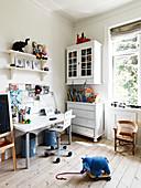 Schreibtisch im Kinderzimmer mit nostalgischen Möbeln und Dielenboden