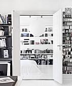 Blick durch offene Doppeltür ins Schlafzimmer mit Bücherregalen