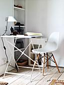 Filigraner Klapptisch und weißer Stuhl in Zimmerecke