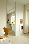 Passage and opening to the kitchen in white and beige