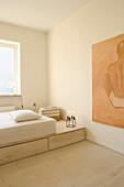 Matratze auf einem Podest mit Schubladen im minimalistischen Schlafzimmer